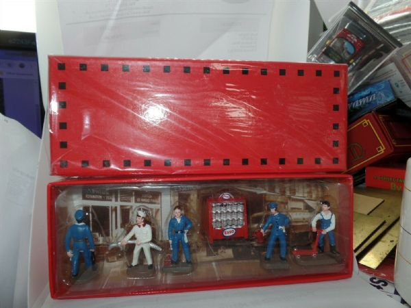 Atlas French Dinky GARAGE FORECOURT FIGURES SET BOXED NEW